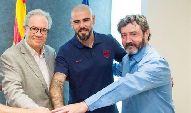 Виктор Вальдес (по центру), фото Барселона