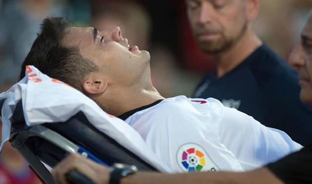 Регилон продолжил матч после травмы головы, но через пару минут покинул поле на носилках и в слезах