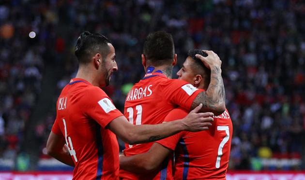 Исла и Варгас отмечают гол сборной Чили, Getty Images