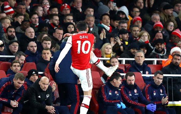 Реакция Месута Озила на замену в матче с Ман Сити, Getty Images
