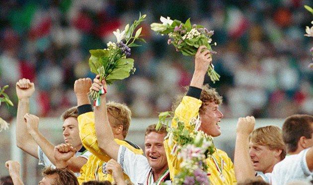 Пол Гаскойн (в центре) после матча за 3-е место на ЧМИ-1990, Getty Images
