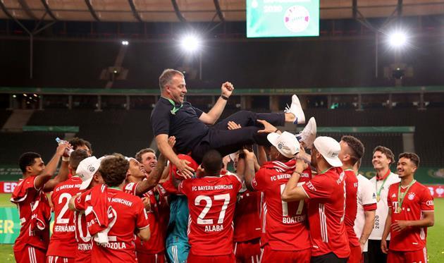 Ханси Флик и игроки Баварии после триумфа в Кубке Германии, Getty Images