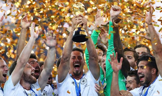 Сандро Вагнер с трофеем Кубка конфедераций, Getty Images