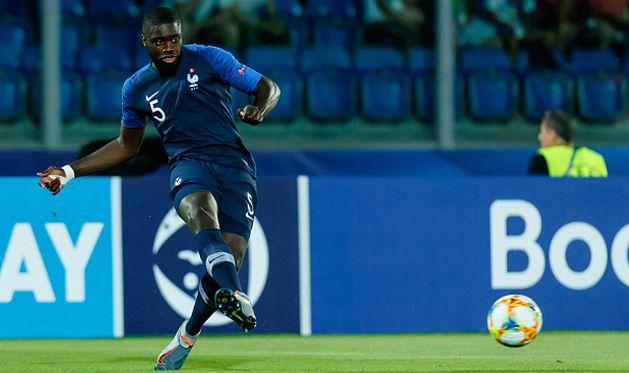 дайо упамекано в матче за молодежную сборную франции, getty images