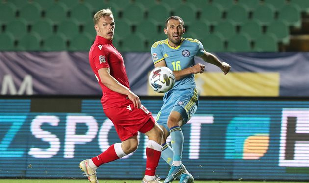 Гафуржан Суюмбаев (справа) в матче с Беларусью, kff.kz