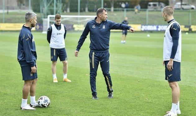 Андрей Шевченко руководит тренировочным процессом, фото УАФ