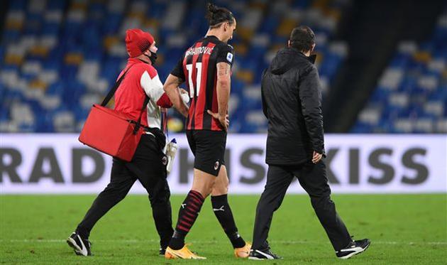 Златан Ибрагимович покидает поле в матче против Наполи, Getty Images
