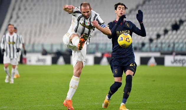 Джорджо Кьеллини в матче против Дженоа (слева), Getty Images