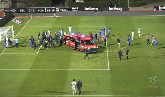 Игрока Порту увезли на скорой после столкновения с вратарем соперника