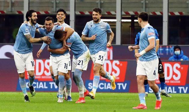 Радость футболистов Лацио от единственного забитого ими мяча в матче против Интера, Getty Images