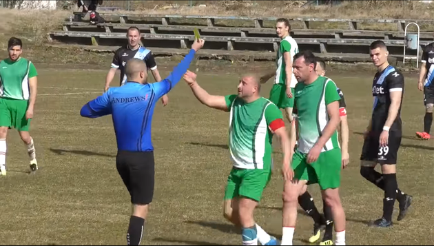 Избили и выгнали за пределы поля — в низшем дивизионе Болгарии футболисты устроили расправу с арбитром прямо во время игры