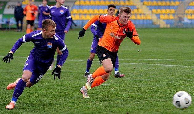 Илья Ухань (слева) в матче молодежных составов Мариуполя и Шахтера, фото ФК Шахтер Донецк