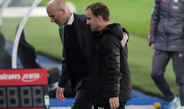Зинедин Зидан (на заднем плане) и Ягобо Аррасате после матча, Getty Images