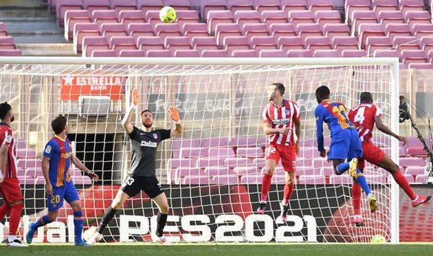 Ян Облак в матче против Барселоны на Камп Ноу, Getty Images