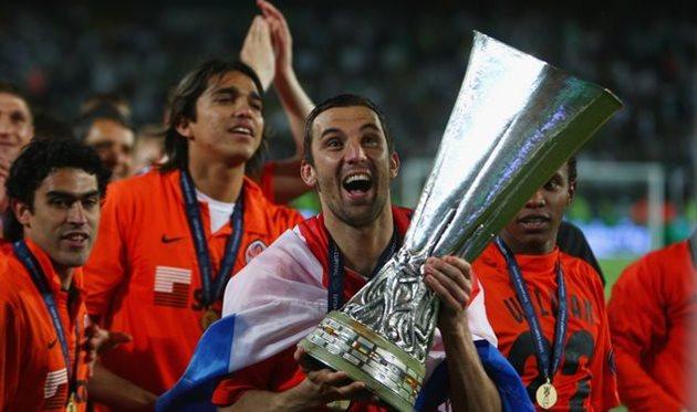 Дарио Срна с Кубком УЕФА, после финала против Вердера, Getty Images