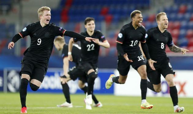 Юные немецкие футболисты после победы над Данией, Getty Images