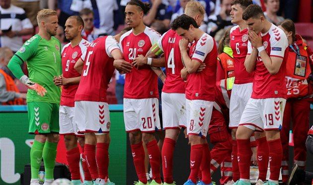 Игроки сборной Дании закрывают Кристиана Эриксена, которому оказывают помощь, Getty Images