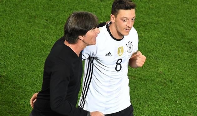 Йоахим Лев (слева) и Месут Озил, Goal