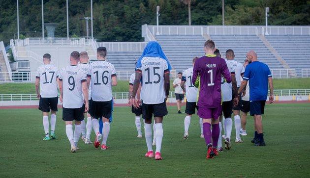 Джордан Торунаринга и партнеры уходят с поля, twitter.com/DFB_Junioren