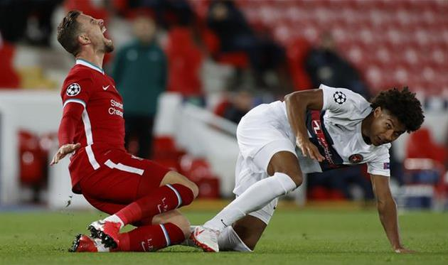 Йенс Каюсте (справа) в матче против Ливерпуля, Getty Images