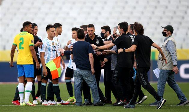 Полиция Бразилии задержала четырех игроков сборной Аргентины прямо на поле — матч прерван