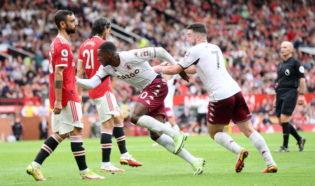 Manchester United beat Aston Villa on penalty missed by Fernandes