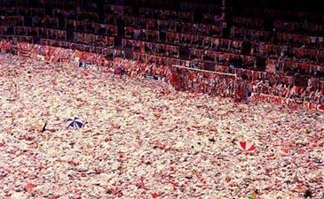 На фото: усыпанный цветами и атрибутикой Анфилд на следующий день после трагедии