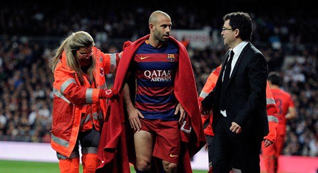 Хавьер Маскерано покидает поле в матче с Реалом, Getty Images