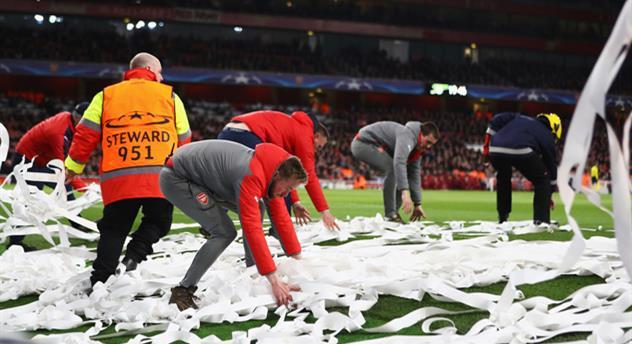 Фанаты Баварии забросали поле Эмирейтс рулонами туалетной бумаги, Getty Images