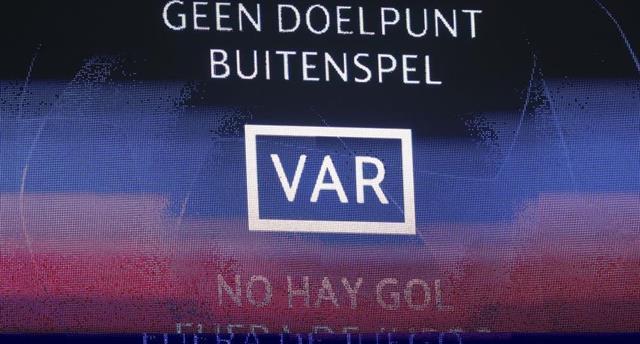 Первый VAR в истории Лиги чемпионов: арбитры отменили гол Аякса
