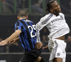Самуэль против Дрогба, фото Reuters